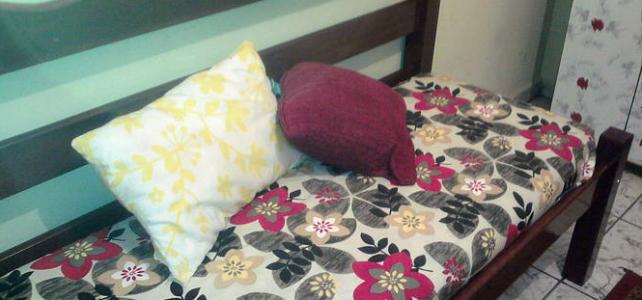 Reutilizar uma cama quebrada como? Transforme-a em banco!