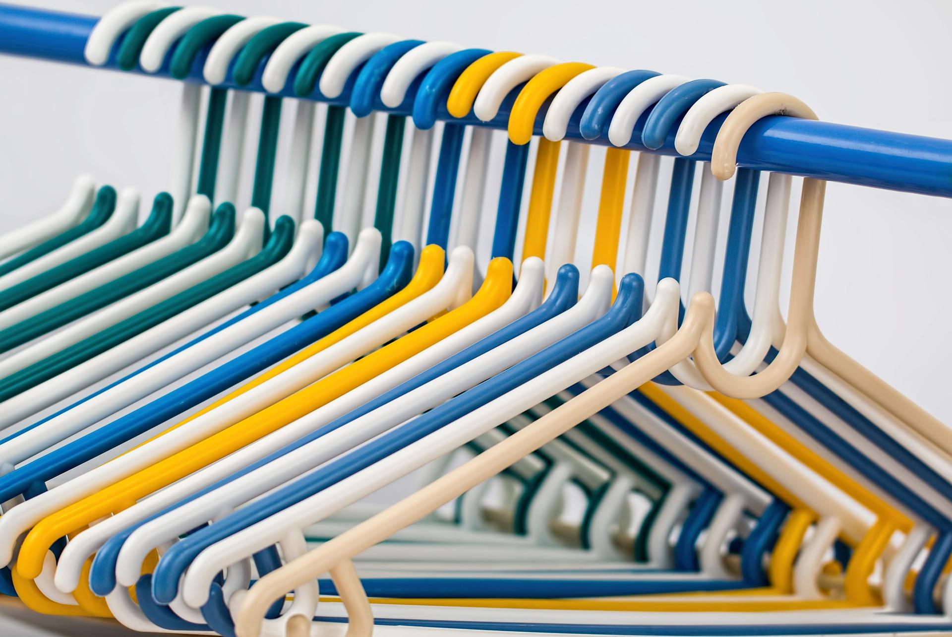Use cabides para estender as roupas e fique livre do ferro de passar!