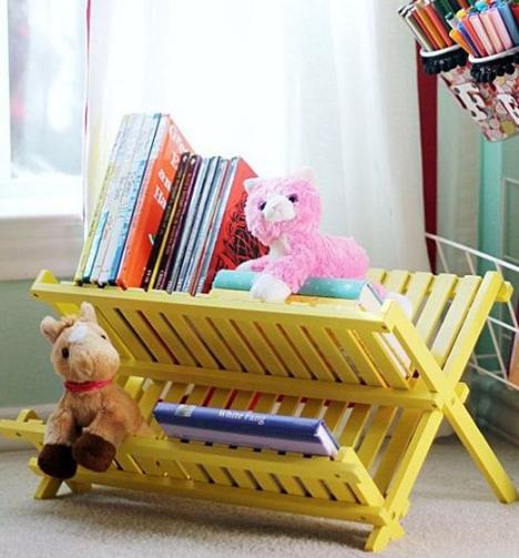 Organize os livros no quarto das crianças.