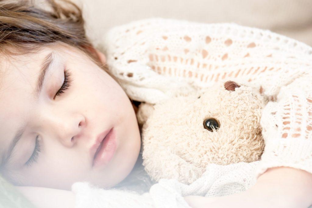 A criança precisa dormir no mínimo por 10 horas.